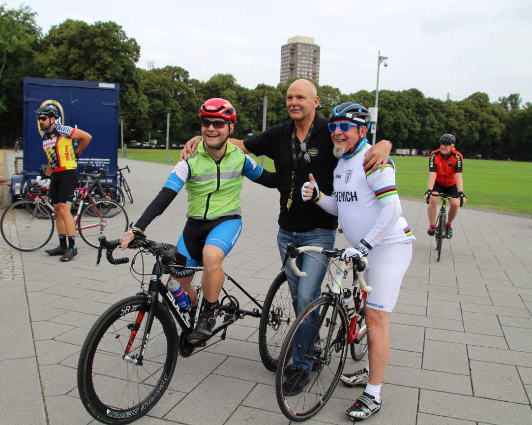 Dreiradfahrer David Wiegmans mit Theo Förster und Josef Riefert